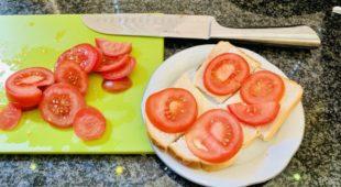 Witbrood met tomaat en suiker